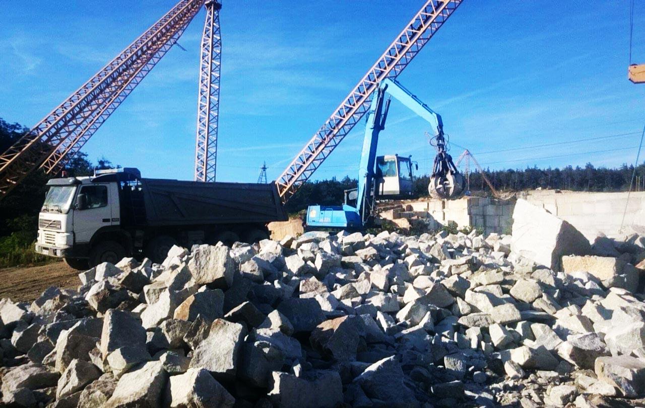 Rozładunek kamienia hydrotechinicznego o frakcji 500/700