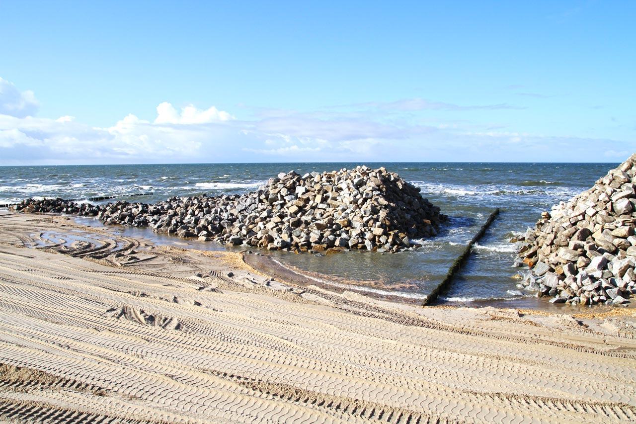 Wzmacnianie plaży kamieniem hydrotechnicznym w Jaroslawcu